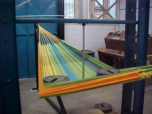 ブラジルハンモック工場で布の強度をチェック